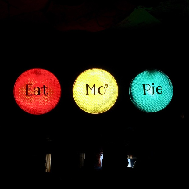 Traffic light style sign Eat Mo' Pie