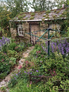 Cottage garden with shin-high fence