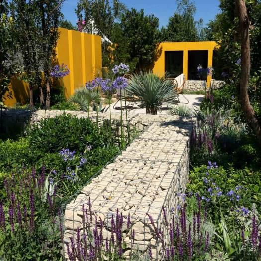 Garden with yellow steel walls and shorter gabion walls